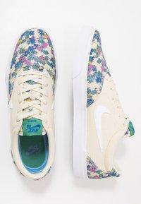 Nike SB - CHARGE SLR - Sneakers laag - fossil/white/evergreen aura/team royal/black - 1