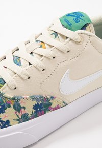 Nike SB - CHARGE SLR - Sneakers laag - fossil/white/evergreen aura/team royal/black - 5