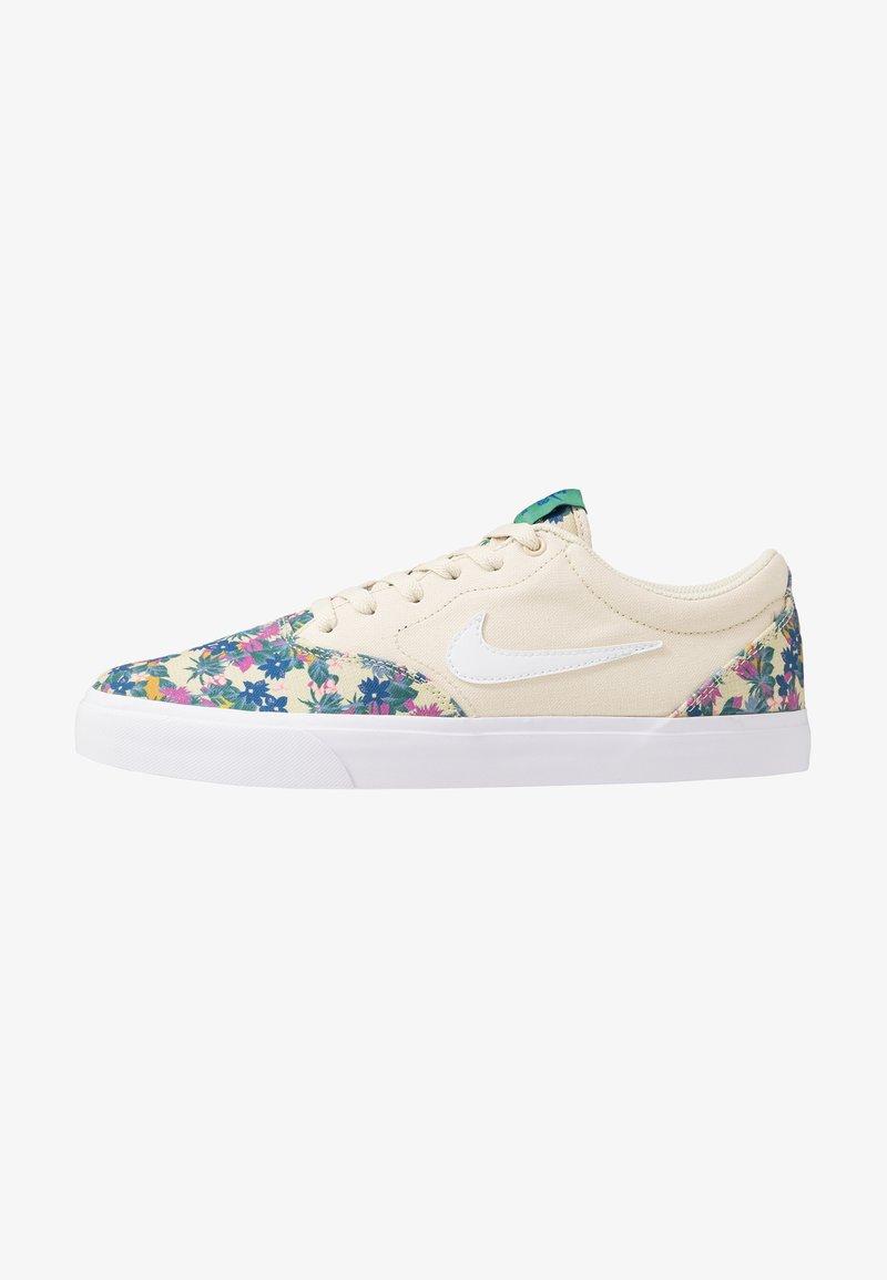 Nike SB - CHARGE SLR - Sneakers laag - fossil/white/evergreen aura/team royal/black