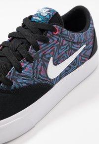 Nike SB - CHARGE SLR - Sneakers laag - black/white/laser blue/watermelon - 5