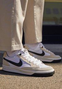 Nike SB - ADVERSARY - Skateschoenen - white/black - 2