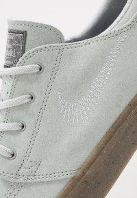 Nike SB - ZOOM JANOSKI - Sneakers laag - pure platinum/light brown - 5