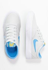 Nike SB - CHARGE - Sneakers laag - photon dust/university blue/university gold - 0