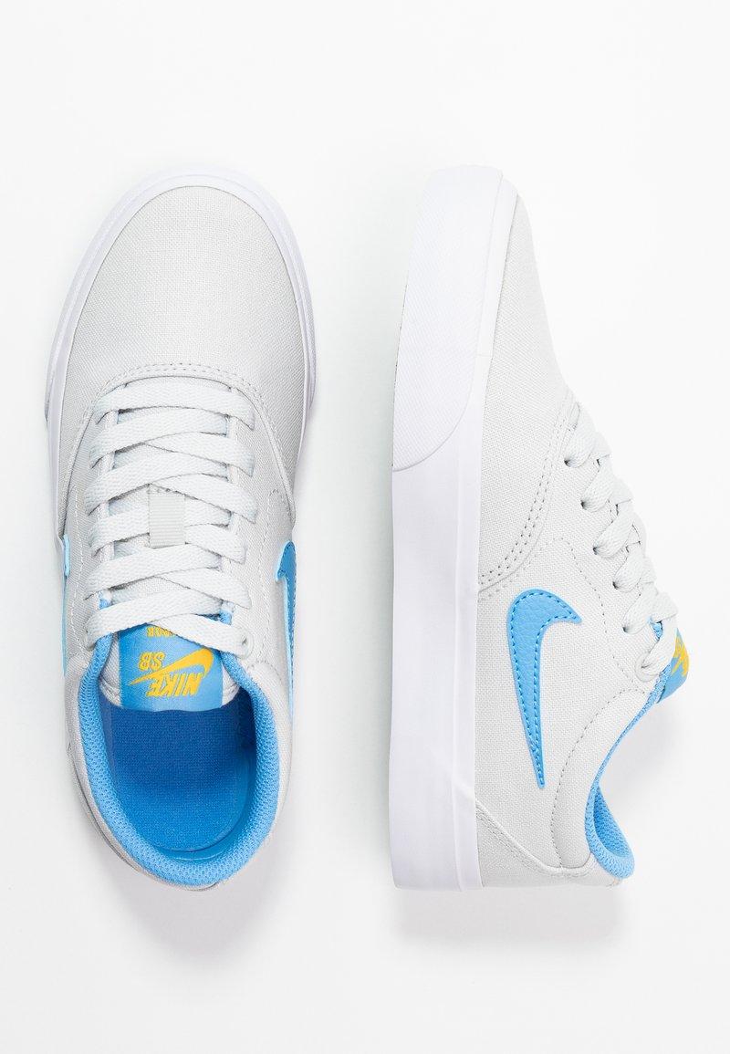 Nike SB - CHARGE - Sneakers laag - photon dust/university blue/university gold