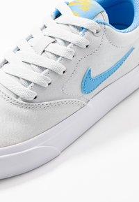 Nike SB - CHARGE - Sneakers laag - photon dust/university blue/university gold - 2