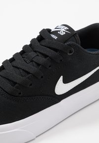Nike SB - CHARGE - Sneakers laag - black/white - 5
