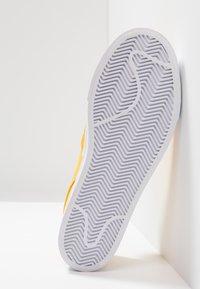 Nike SB - ZOOM STEFAN JANOSKI - Slip-ons - yellow ochre/white - 4