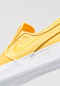 Nike SB - ZOOM STEFAN JANOSKI - Slip-ons - yellow ochre/white - 5