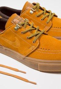 Nike SB - ZOOM JANOSKI PRM - Zapatillas - bronze/light brown/particle beige/baroque brown/medium brown - 5