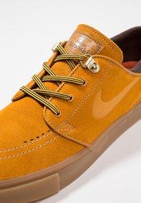 Nike SB - ZOOM JANOSKI PRM - Zapatillas - bronze/light brown/particle beige/baroque brown/medium brown - 6