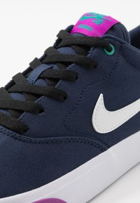 Nike SB - CHARGE - Sneakers laag - midnight navy/white/vivid purple/neptune green - 5
