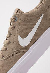 Nike SB - CHARGE - Sneakers laag - khaki/white/obsidian mist - 5