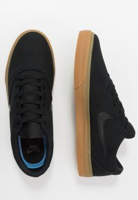 Nike SB - CHARGE - Matalavartiset tennarit - black/light brown - 1