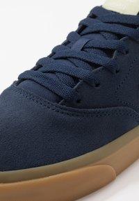 Nike SB - CHARGE - Skateschoenen - midnight navy/olive aura/light cream/light brown - 5