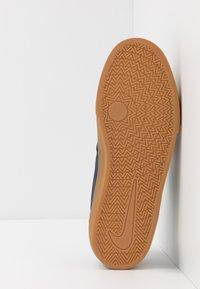 Nike SB - CHARGE - Skateschoenen - midnight navy/olive aura/light cream/light brown - 4