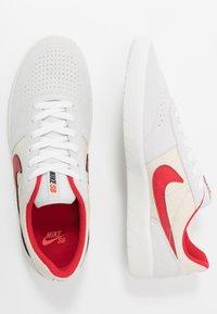 Nike SB - TEAM CLASSIC - Sneakers laag - photon dust/university red/light cream/team orange/summit white - 1