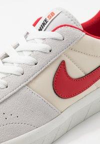 Nike SB - TEAM CLASSIC - Sneakers laag - photon dust/university red/light cream/team orange/summit white - 5