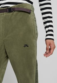 Nike SB - NOVELTY PANT - Verryttelyhousut - medium olive/black - 4