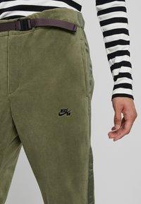 Nike SB - NOVELTY PANT - Joggebukse - medium olive/black - 4