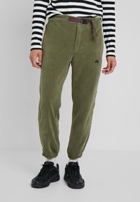 Nike SB - NOVELTY PANT - Verryttelyhousut - medium olive/black - 0