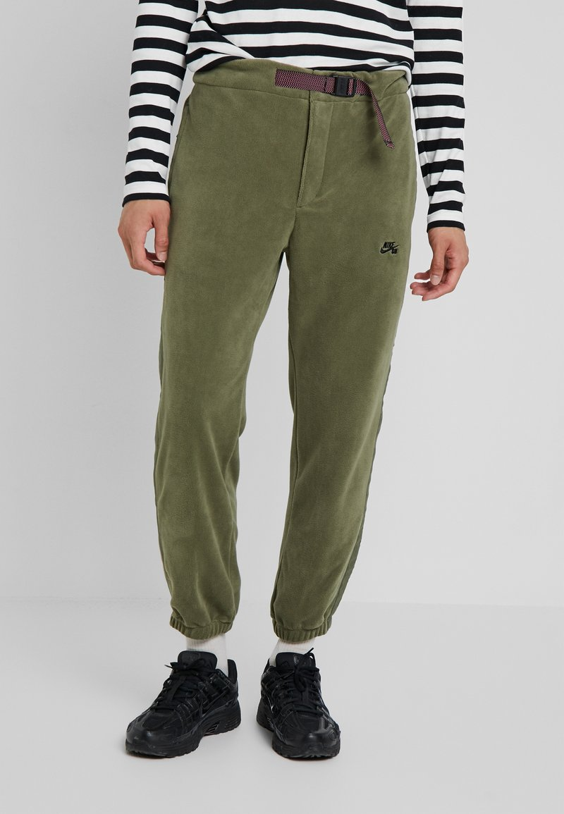 Nike SB - NOVELTY PANT - Verryttelyhousut - medium olive/black