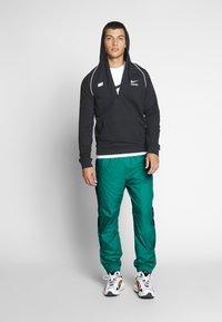 Nike SB - SHIELD - Verryttelyhousut - neptune green - 1