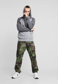 Nike SB - CAMO - Pantalones cargo - medium olive - 1