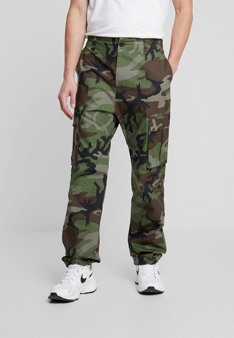 Nike SB - CAMO - Pantalones cargo - medium olive