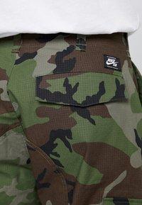 Nike SB - CAMO - Pantalones cargo - medium olive - 3