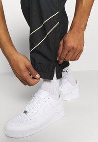 Nike SB - TRACK PANT - Verryttelyhousut - black/fossil - 3
