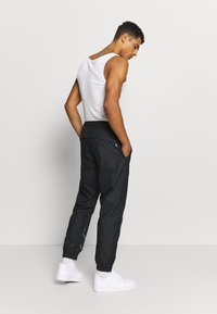 Nike SB - TRACK PANT - Verryttelyhousut - black/fossil - 2