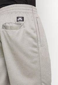 Nike SB - SUNDAYSHORT UNISEX - Shorts - grey heather - 5