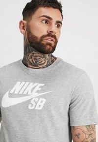 Nike SB - DRY TEE LOGO - Print T-shirt - dark grey heather/white - 4