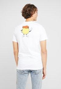 Nike SB - TEE FACE - Camiseta estampada - white - 2