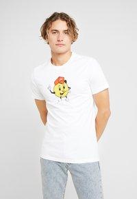 Nike SB - TEE FACE - Camiseta estampada - white - 0