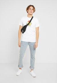 Nike SB - TEE FACE - Camiseta estampada - white - 1
