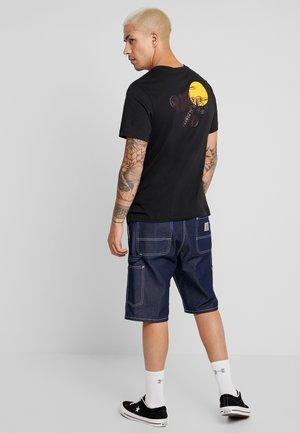SUNRISE - Camiseta estampada - black/(mahogany)