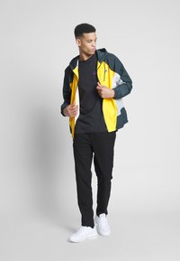 Nike SB - TEE MINI TRUCKIN - Camiseta estampada - black - 1