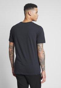 Nike SB - TEE MINI TRUCKIN - Camiseta estampada - black - 2