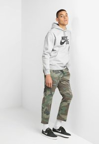Nike SB - ICON HOODIE - Luvtröja - grey heather - 1