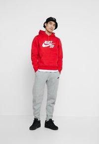 Nike SB - ICON HOODIE - Hoodie - university red/white - 1