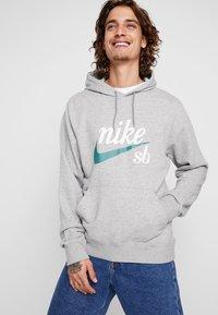 Nike SB - HOODIE WASHED ICON - Jersey con capucha - dark grey heather/summit white - 0