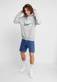 Nike SB - HOODIE WASHED ICON - Jersey con capucha - dark grey heather/summit white - 1