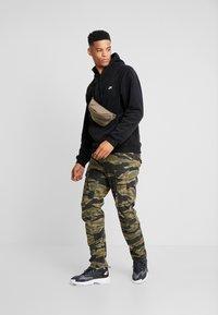 Nike SB - NOVELTY - Hættetrøjer - black/white - 1