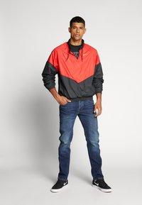 Nike SB - SHIELD SEASONAL - Kurtka sportowa - university red/black - 1
