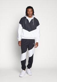 Nike SB - SHIELD SEASONAL - Veste de survêtement - black/white - 1