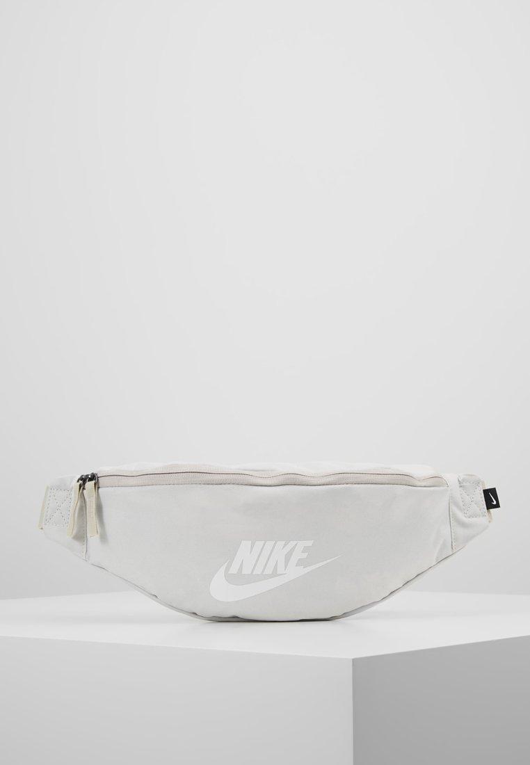 Nike Sportswear - HERITAGE HIP PACK - Gürteltasche - phantom/desert sand