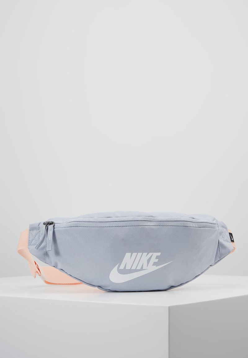 Nike Sportswear - HERITAGE - Riñonera - sky grey/washed coral/white