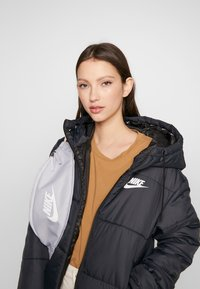 Nike Sportswear - HERITAGE - Riñonera - sky grey/washed coral/white - 1
