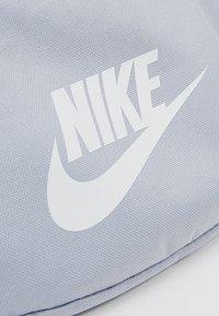 Nike Sportswear - HERITAGE - Riñonera - sky grey/washed coral/white - 6
